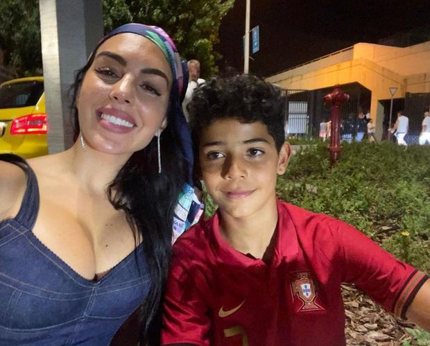 Georgina vượt ngàn dặm tới sân tiếp lửa cho Ronaldo trong trận chiến sinh tử, chọn nơi nghỉ lại tinh tế để được gần bạn trai nhất có thể - Ảnh 3.