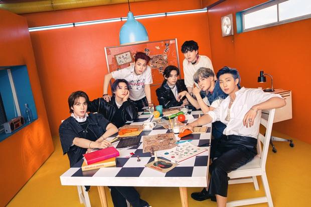 Bộ ảnh đầu tiên của BTS cho màn comeback mới: Style bốt lông không hiểu nổi, 1 thành viên visual lột xác gây sốc - Ảnh 1.