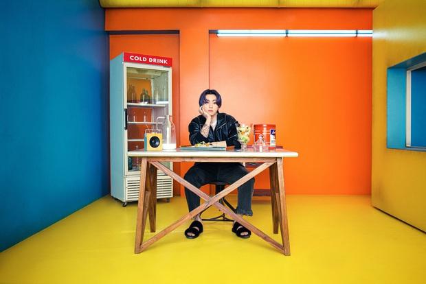 Bộ ảnh đầu tiên của BTS cho màn comeback mới: Style bốt lông không hiểu nổi, 1 thành viên visual lột xác gây sốc - Ảnh 14.