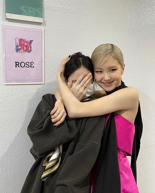 Thước đo nhan sắc mới là khẩu trang, BLACKPINK có đỡ nổi? Jennie - Rosé khí chất đặc biệt, visual Lisa và Jisoo mới bất ngờ - Ảnh 5.