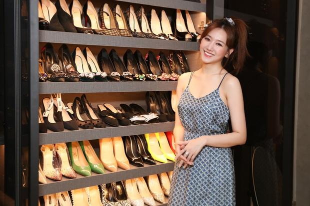 Cuối cùng Hari Won cũng lộ trọn vóc dáng giữa tin đồn mang thai, ai dè tủ giày siêu khủng bên cạnh thành tâm điểm - Ảnh 3.