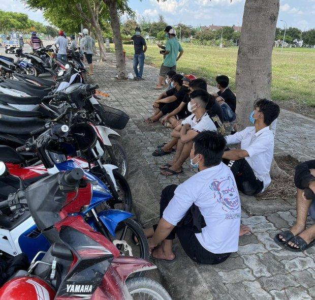 Cảnh sát vây bắt nhóm quái xế tụ tập đua xe giữa mùa dịch ở khu dân cư TP. Thủ Đức - Ảnh 1.