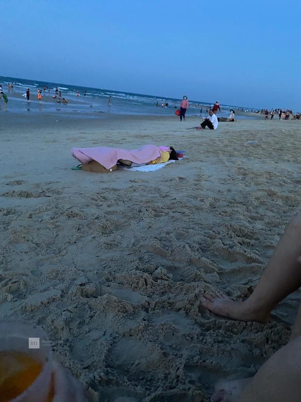 Đang ra biển hóng gió, cô nàng thản nhiên nằm xuống... ngủ một giấc ngon lành khiến ai cũng ngoái nhìn - Ảnh 1.