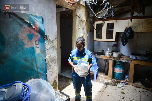 Công nhân thu gom rác bị nợ lương ở Hà Nội nghẹn ngào khi được nhiều mạnh thường quân ủng hộ: Tôi vui lắm... có hôm thức cả đêm ở lều vì sợ mất tiền - Ảnh 4.