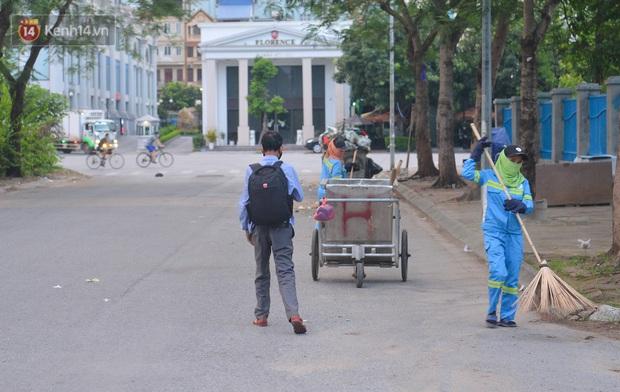 Công nhân thu gom rác bị nợ lương ở Hà Nội nghẹn ngào khi được nhiều mạnh thường quân ủng hộ: Tôi vui lắm... có hôm thức cả đêm ở lều vì sợ mất tiền - Ảnh 9.