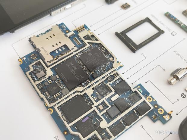 """Mổ bụng xem """"nội tạng"""" của những mẫu iPhone để thấy Apple đã tỉ mỉ và cầu toàn đến thế nào! - Ảnh 7."""