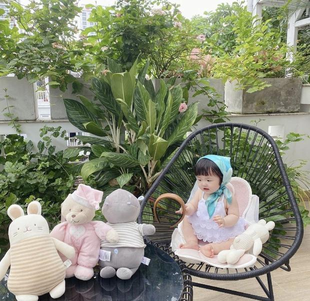 Con gái Đông Nhi đúng chuẩn người mẫu nhí của mẹ, nay được cho diện váy điệu đà như công chúa nhưng biểu cảm sao sai sai thế này? - Ảnh 4.