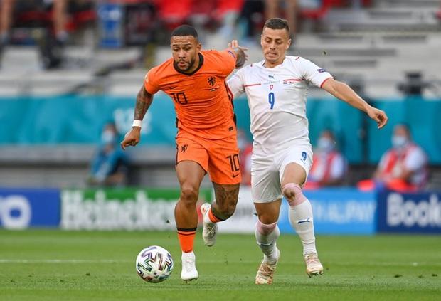 Hậu vệ trụ cột trở thành tội đồ, ăn thẻ đỏ tai hại khiến Hà Lan phải dừng bước ở vòng 1/8 Euro 2020 - Ảnh 1.