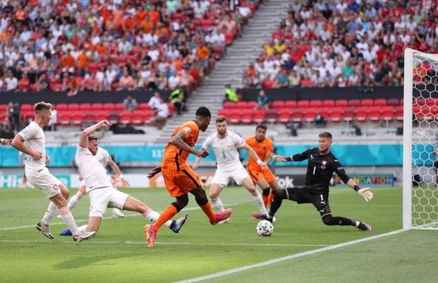 Hậu vệ trụ cột trở thành tội đồ, ăn thẻ đỏ tai hại khiến Hà Lan phải dừng bước ở vòng 1/8 Euro 2020 - Ảnh 2.