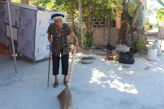 Cụ bà 100 tuổi chống gậy đi ủng hộ quỹ phòng chống dịch Covid-19  - Ảnh 1.