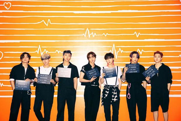 BTS hoá tù nhân vì phạm tội gây thương nhớ với visual cool ngầu, nhưng chiếc còng tay màu hường là sao hả Jungkook ơi? - Ảnh 1.