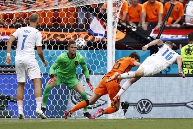 Hậu vệ trụ cột trở thành tội đồ, ăn thẻ đỏ tai hại khiến Hà Lan phải dừng bước ở vòng 1/8 Euro 2020 - Ảnh 3.