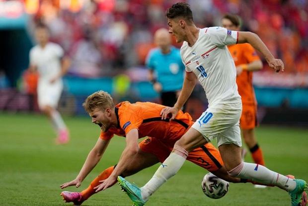 Hậu vệ trụ cột trở thành tội đồ, ăn thẻ đỏ tai hại khiến Hà Lan phải dừng bước ở vòng 1/8 Euro 2020 - Ảnh 6.