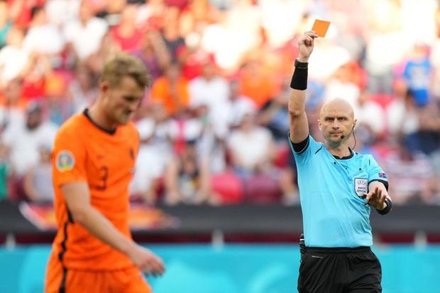 Hậu vệ trụ cột trở thành tội đồ, ăn thẻ đỏ tai hại khiến Hà Lan phải dừng bước ở vòng 1/8 Euro 2020 - Ảnh 7.