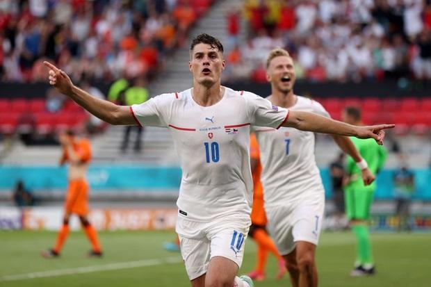 Hậu vệ trụ cột trở thành tội đồ, ăn thẻ đỏ tai hại khiến Hà Lan phải dừng bước ở vòng 1/8 Euro 2020 - Ảnh 9.