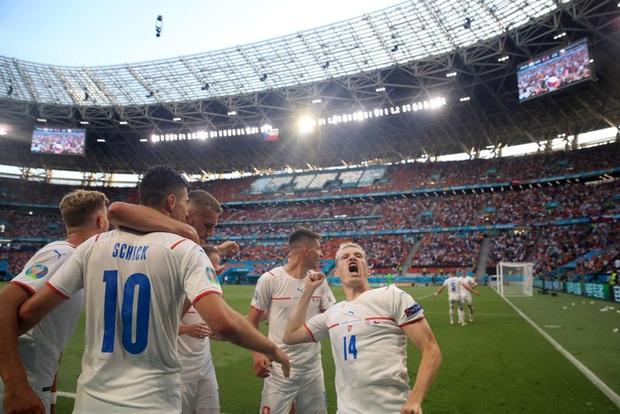 Hậu vệ trụ cột trở thành tội đồ, ăn thẻ đỏ tai hại khiến Hà Lan phải dừng bước ở vòng 1/8 Euro 2020 - Ảnh 10.
