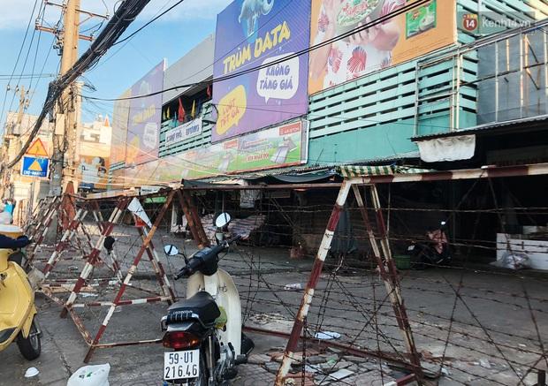 Hàng loạt chợ truyền thống ở Sài Gòn tạm đóng cửa, giăng dây phong toả vì Covid-19 - Ảnh 8.