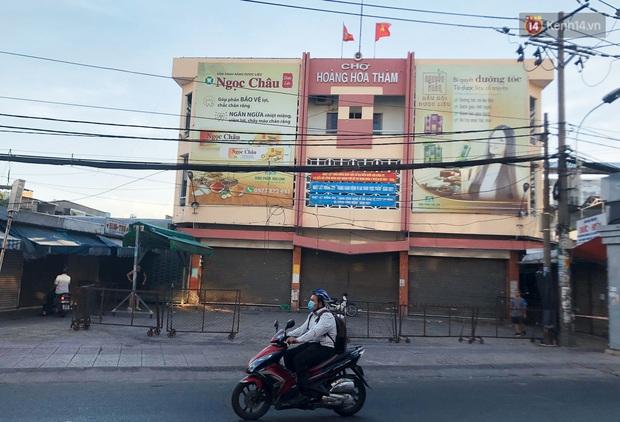Hàng loạt chợ truyền thống ở Sài Gòn tạm đóng cửa, giăng dây phong toả vì Covid-19 - Ảnh 4.