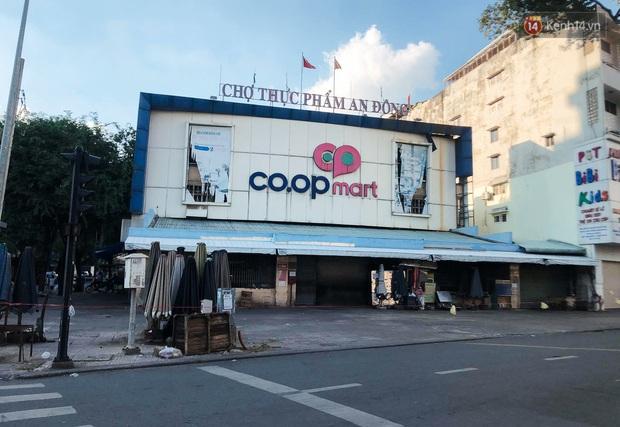Hàng loạt chợ truyền thống ở Sài Gòn tạm đóng cửa, giăng dây phong toả vì Covid-19 - Ảnh 1.