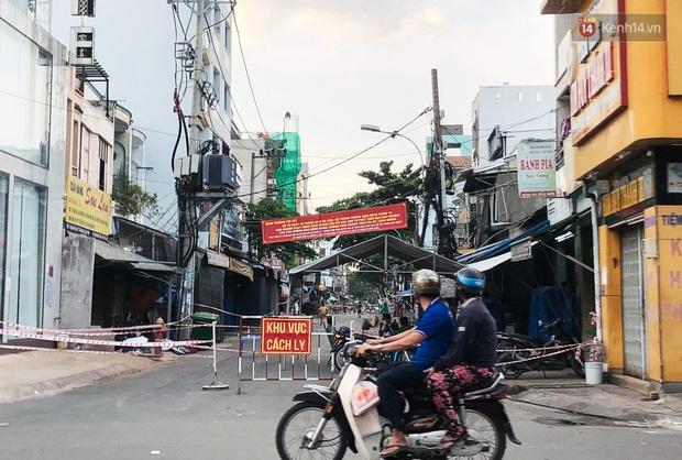 Hàng loạt chợ truyền thống ở Sài Gòn tạm đóng cửa, giăng dây phong toả vì Covid-19 - Ảnh 5.