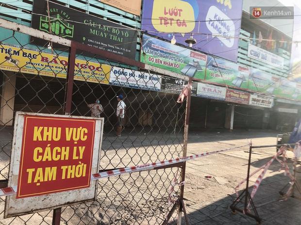 Hàng loạt chợ truyền thống ở Sài Gòn tạm đóng cửa, giăng dây phong toả vì Covid-19 - Ảnh 6.