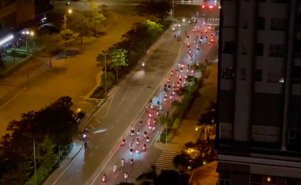 Hàng trăm quái xế lại tổ chức đua xe gây náo loạn khi TP.HCM vừa áp dụng chỉ thị 10 - Ảnh 1.