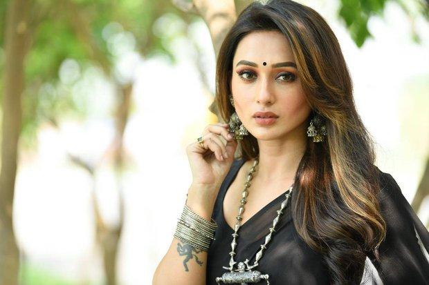 Nữ diễn viên Ấn Độ tiêm phải vaccine Covid-19 giả, ốm nặng kèm đau bụng suốt 4 ngày - Ảnh 1.