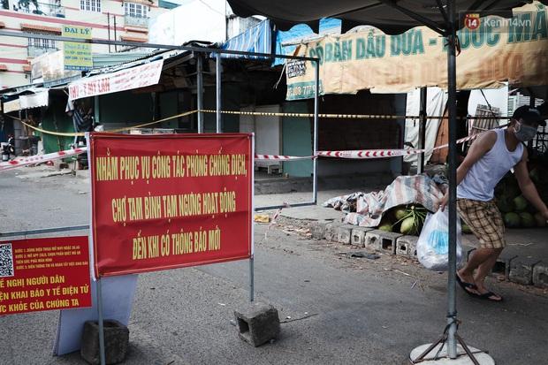 Hàng loạt chợ truyền thống ở Sài Gòn tạm đóng cửa, giăng dây phong toả vì Covid-19 - Ảnh 16.