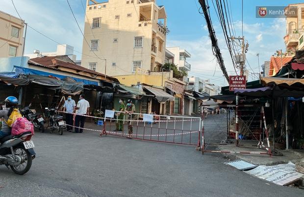 Hàng loạt chợ truyền thống ở Sài Gòn tạm đóng cửa, giăng dây phong toả vì Covid-19 - Ảnh 10.