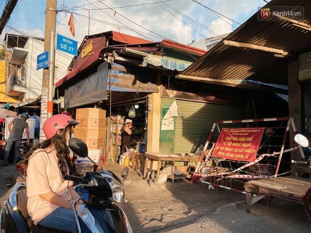 Hàng loạt chợ truyền thống ở Sài Gòn tạm đóng cửa, giăng dây phong toả vì Covid-19 - Ảnh 12.