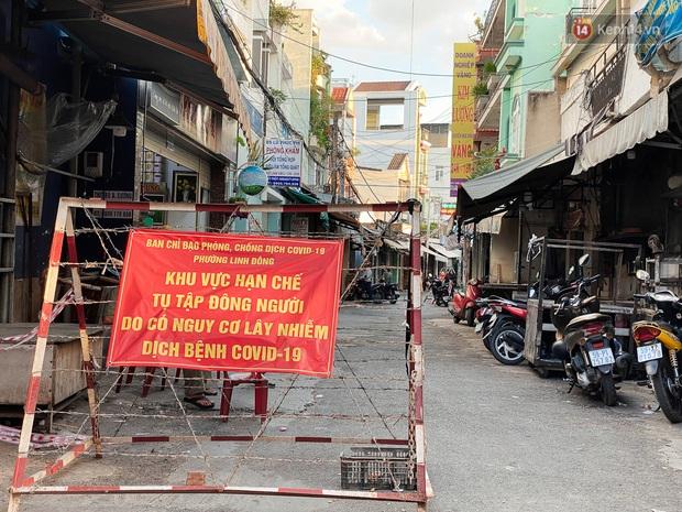 Hàng loạt chợ truyền thống ở Sài Gòn tạm đóng cửa, giăng dây phong toả vì Covid-19 - Ảnh 14.