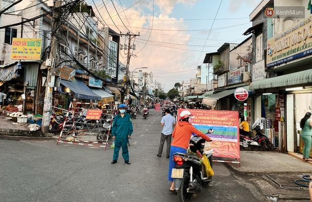 Hàng loạt chợ truyền thống ở Sài Gòn tạm đóng cửa, giăng dây phong toả vì Covid-19 - Ảnh 9.