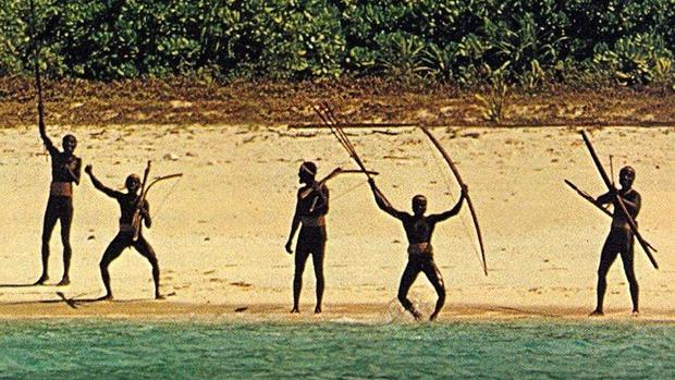Bí ẩn bộ lạc không thèm giao tiếp với thế giới hơn 60.000 năm, cứ thấy người lạ tới gần là vác cung ra bắn chết - Ảnh 2.