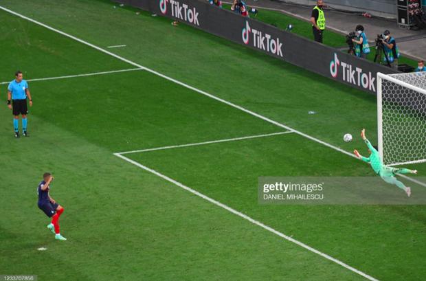 Ảnh: Cầu thủ Thuỵ Sĩ sung sướng vỡ oà sau khi loại đương kim vô địch thế giới Pháp khỏi Euro 2020 - Ảnh 2.