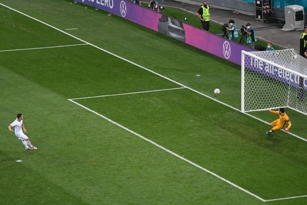 Video: Cận cảnh pha đá hỏng luân lưu 11 mét của sao trẻ hay nhất thế giới khiến Pháp bị loại khỏi Euro 2020 - Ảnh 1.