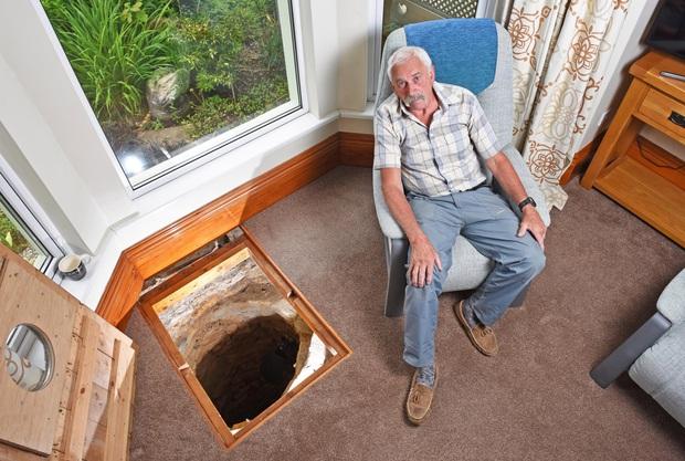 Thấy sàn nhà có dấu hiệu lạ, cụ ông lấy cuốc xẻng đào xuống thì sửng sốt phát hiện bí mật siêu thú vị dưới lòng đất phòng khách - Ảnh 1.