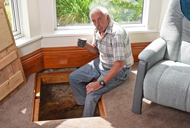 Thấy sàn nhà có dấu hiệu lạ, cụ ông lấy cuốc xẻng đào xuống thì sửng sốt phát hiện bí mật siêu thú vị dưới lòng đất phòng khách - Ảnh 4.