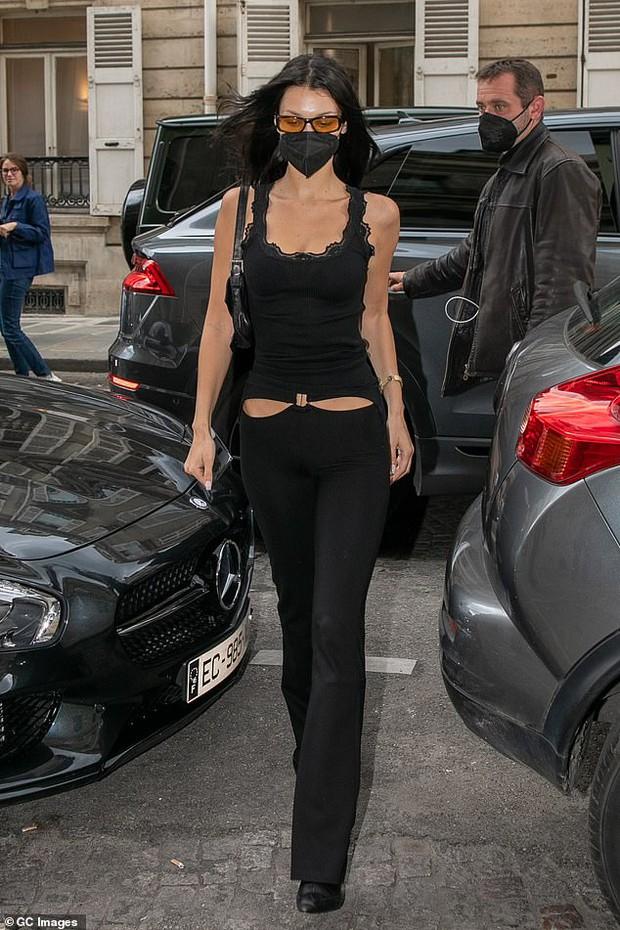 """Chị em siêu mẫu Gigi Hadid xuống phố nhưng bị phản ứng đối lập: Bella mặc quần xẻ ngay chỗ """"hiểm"""", mẹ bỉm mất điểm vì 1 chi tiết - Ảnh 2."""
