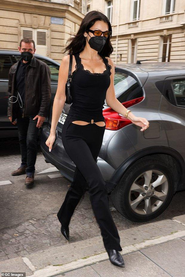 """Chị em siêu mẫu Gigi Hadid xuống phố nhưng bị phản ứng đối lập: Bella mặc quần xẻ ngay chỗ """"hiểm"""", mẹ bỉm mất điểm vì 1 chi tiết - Ảnh 4."""