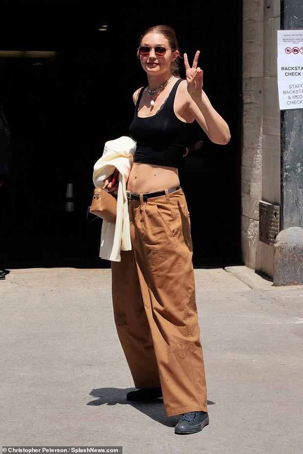 """Chị em siêu mẫu Gigi Hadid xuống phố nhưng bị phản ứng đối lập: Bella mặc quần xẻ ngay chỗ """"hiểm"""", mẹ bỉm mất điểm vì 1 chi tiết - Ảnh 6."""