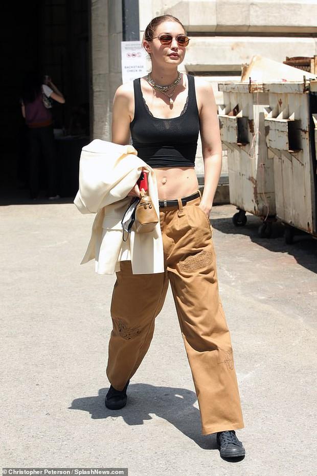 """Chị em siêu mẫu Gigi Hadid xuống phố nhưng bị phản ứng đối lập: Bella mặc quần xẻ ngay chỗ """"hiểm"""", mẹ bỉm mất điểm vì 1 chi tiết - Ảnh 8."""