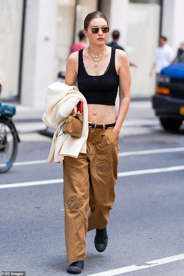 """Chị em siêu mẫu Gigi Hadid xuống phố nhưng bị phản ứng đối lập: Bella mặc quần xẻ ngay chỗ """"hiểm"""", mẹ bỉm mất điểm vì 1 chi tiết - Ảnh 9."""