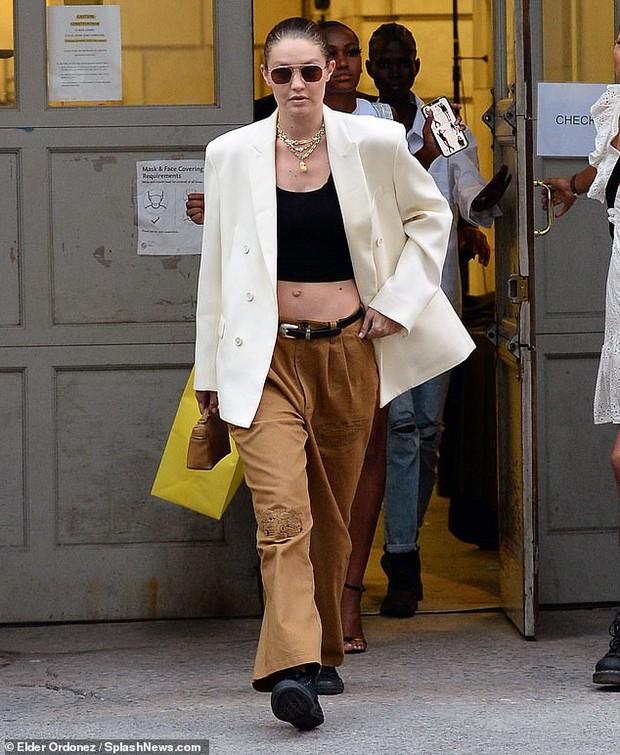"""Chị em siêu mẫu Gigi Hadid xuống phố nhưng bị phản ứng đối lập: Bella mặc quần xẻ ngay chỗ """"hiểm"""", mẹ bỉm mất điểm vì 1 chi tiết - Ảnh 10."""