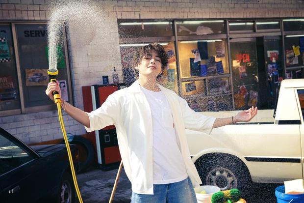BTS bỏ hát đi rửa xe mà vẫn đẹp trai khiến fan rớt liêm sỉ, màn khoe nách của Jimin gây chú ý - Ảnh 2.