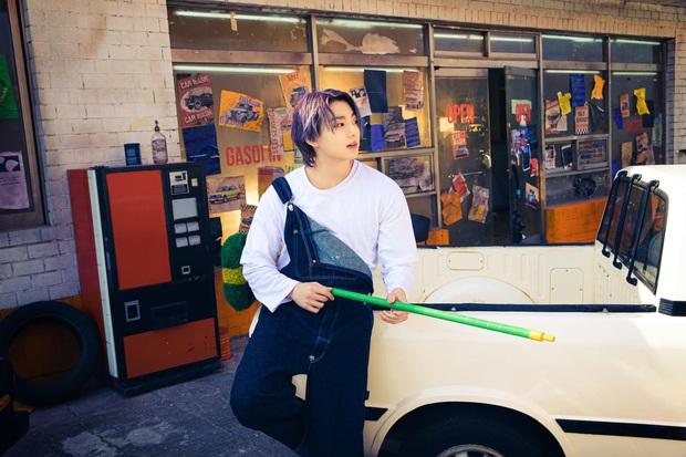 BTS bỏ hát đi rửa xe mà vẫn đẹp trai khiến fan rớt liêm sỉ, màn khoe nách của Jimin gây chú ý - Ảnh 3.