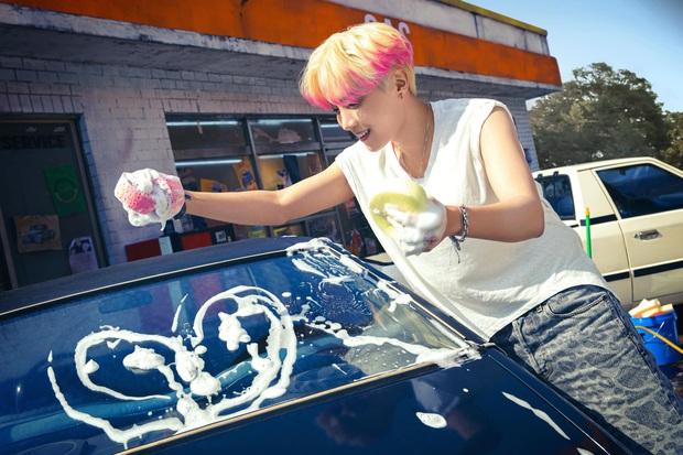 BTS bỏ hát đi rửa xe mà vẫn đẹp trai khiến fan rớt liêm sỉ, màn khoe nách của Jimin gây chú ý - Ảnh 4.
