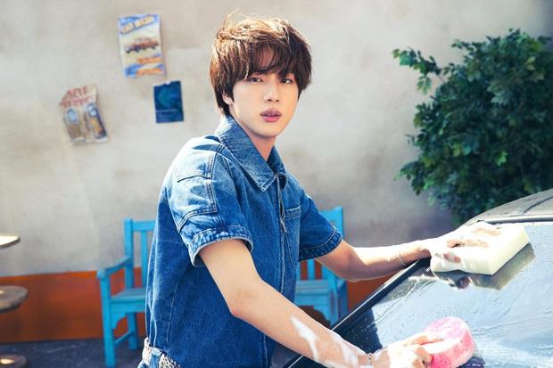 BTS bỏ hát đi rửa xe mà vẫn đẹp trai khiến fan rớt liêm sỉ, màn khoe nách của Jimin gây chú ý - Ảnh 5.