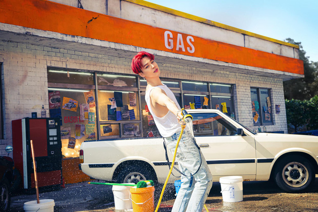 BTS bỏ hát đi rửa xe mà vẫn đẹp trai khiến fan rớt liêm sỉ, màn khoe nách của Jimin gây chú ý - Ảnh 9.