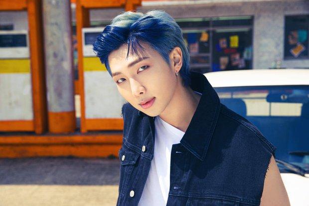 BTS bỏ hát đi rửa xe mà vẫn đẹp trai khiến fan rớt liêm sỉ, màn khoe nách của Jimin gây chú ý - Ảnh 14.