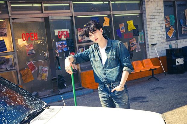 BTS bỏ hát đi rửa xe mà vẫn đẹp trai khiến fan rớt liêm sỉ, màn khoe nách của Jimin gây chú ý - Ảnh 7.